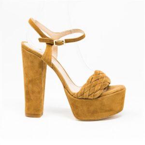 Sandalo in camoscio, cinturino sul collo del piede e fascia intrecciata sul fronte. Altezza tacco 12,5 cm, altezza plateau 2,5 cm. Made in Italy