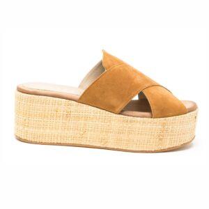 Sandalo in camoscio con fasce incrociate. Fondo fasciato in corda altezza 6 cm. Made in Italy