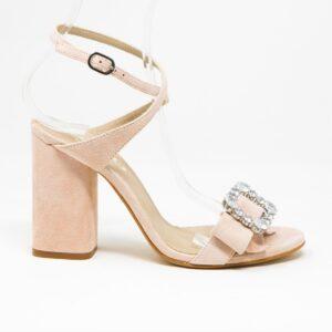 Sandalo in camoscio con cinturino doppio giro sulla caviglia e accessorio con fiocco e accessorio per pietre Swarovski. Altezza tacco 9,5 cm.