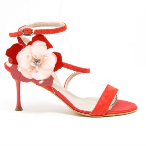 Sandalo con fasce asimmetriche e accessorio in fiore arricchito con glitter pietre e strass. Altezza tacco 7,5 cm